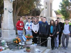 Učenici 2.N preg grobom admirala Straulina
